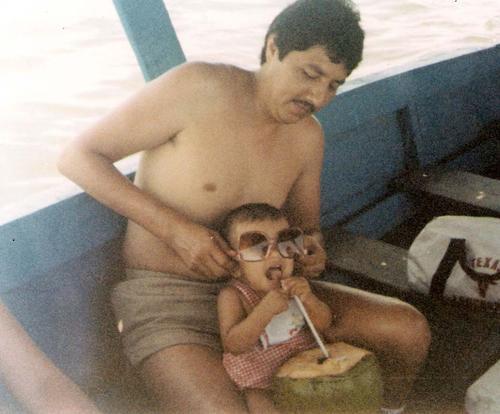 Mi tío Chacho me da de tomar un coco